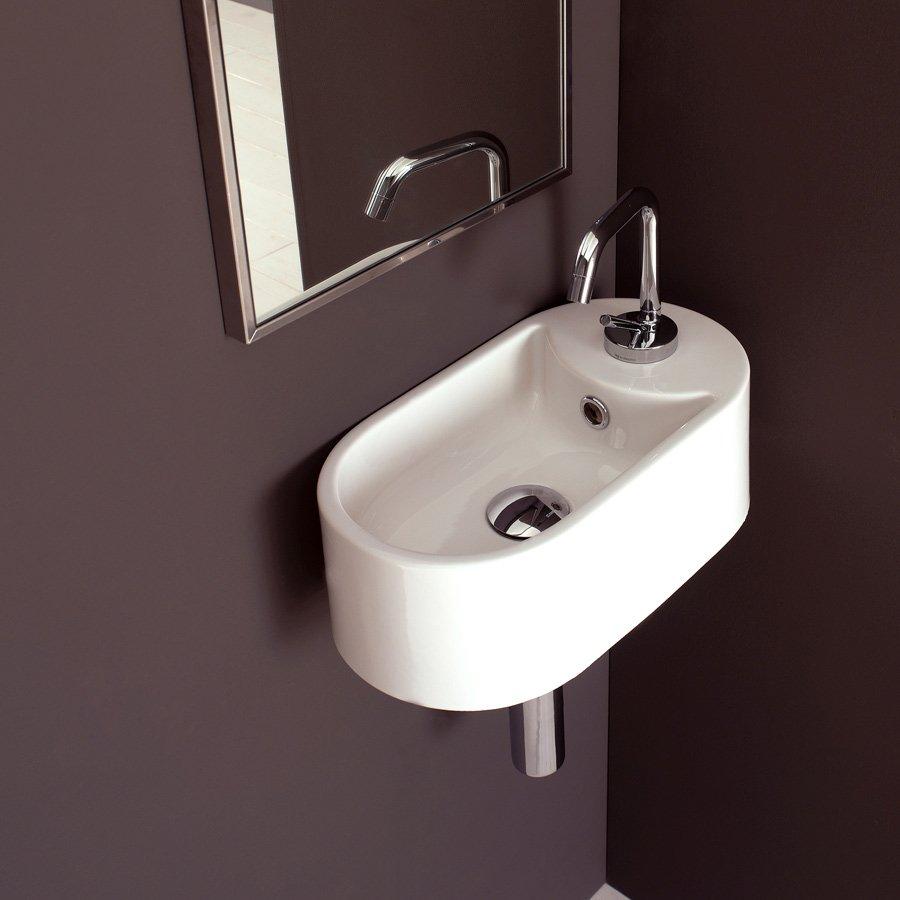 Små handfat i smart design till den smala badrummet.